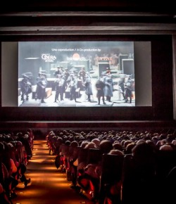 Miles de españoles van a la Ópera